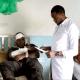 Un médico atiende a un paciente en Kenia