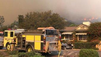 Vientos leves contribuirían a combatir el incendio forestal en California