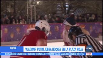 Vladimir Putin juega Hockey en la Plaza Roja en Rusia