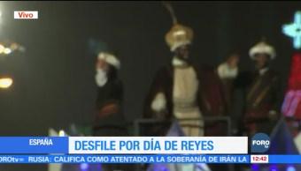En Madrid se realiza el tradicional desfile de Día de Reyes; los asistentes disfrutan de carros alegóricos, espectáculos de luz, música y malabaristas
