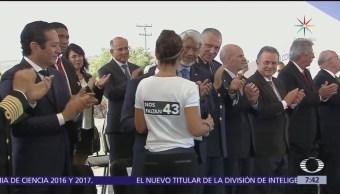 Académica recibe premio con playera por Ayotzinapa