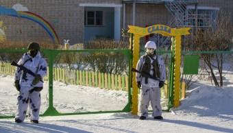 Adolescente ataca con hacha y bomba una escuela de Rusia
