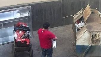 Un hombre arroja a su bebé a un contenedor en China