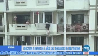 Salvan a niña de caer de un balcón en China