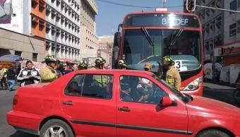 metrobus y auto chocan en balderas, hay seis lesionados