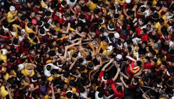 Devotos filipinos durante procesión del Nazareno negro