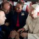 El papa defiende su decisión de celebrar una boda en pleno vuelo