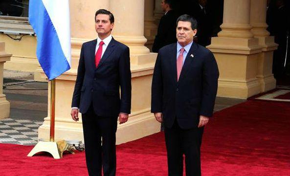 El presidente paraguayo Horacio Cartes recibe al presidente mexicano Enrique Peña Nieto