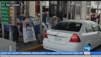 Familiares de normalistas bloquean la autopista México-Cuernavaca