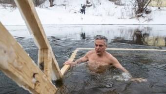 Embajador de EU en Rusia se baña en aguas heladas