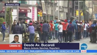 Manifestantes detonan petardos sobre avenida Bucareli, CDMX