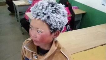 niño chino llega con el pelo congelado a la escuela