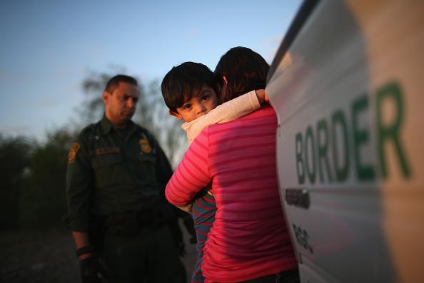 Dos mil niños inmigrantes separados de familias en frontera