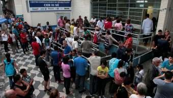 Brasileños hacen fila conseguir vacunas fiebre amarilla