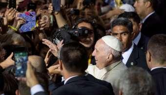 Papa Francisco rompe protocolo saludar fieles chilenos