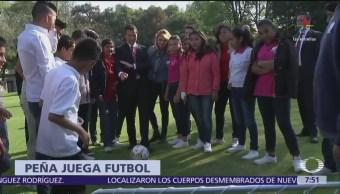 Peña Nieto juega futbol con niños de albergues