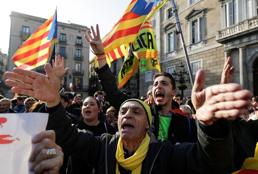 Manifestantes independentistas exigen investidura de Puigdemont