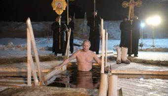 vladimir putin se sumerge en agua helada durante ritual de la epifania ortodoxa
