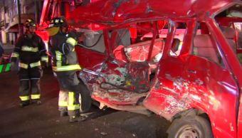 Rescatan a familia atrapada en una camioneta tras choque en la CDMX