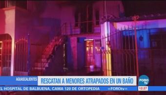 Rescatan a menores atrapados en un baño en Aguascalientes