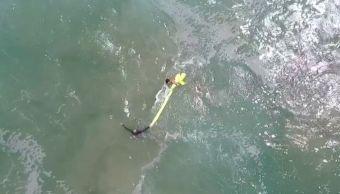 Usan dron para rescatar a dos jóvenes en el mar de Australia