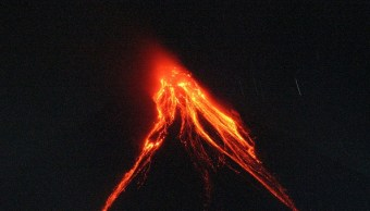 Lava volcán Mayon se extiende 3 kilómetros cráter