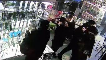 Suspenden a 7 policías por robar celulares en Plaza Meave