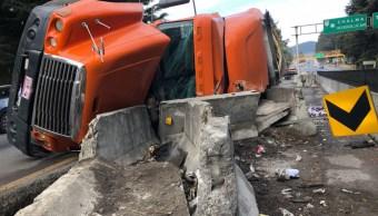 trailer provoca congestionamiento vial en la carretera mexico toluca