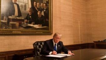 Donald Trump firma ley que financia operaciones Gobierno