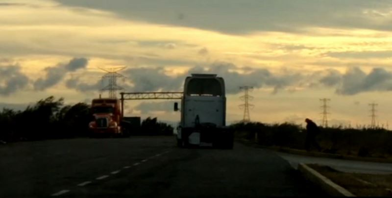 Vientos de 130 kmhr afectan circulación de tráileres en La Ventosa