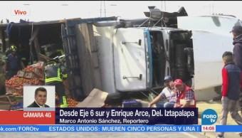 Vuelca camión con toneladas de jitomates en Iztapalapa