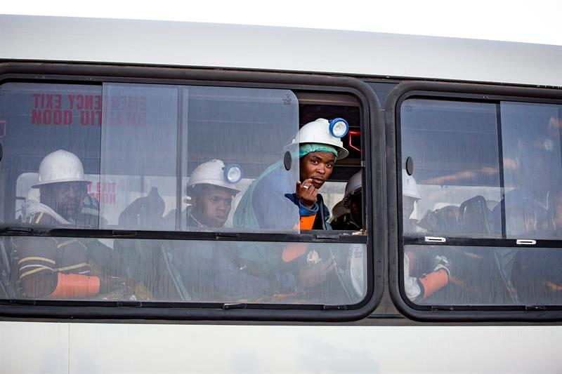rescatan casi mil trabajadores atrapados mina sudafrica