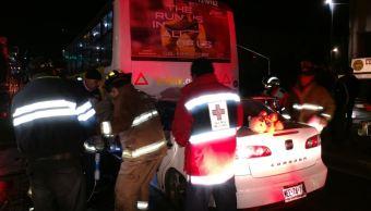 Mujer queda prensada tras impactar su vehículo en un camión en CDMX