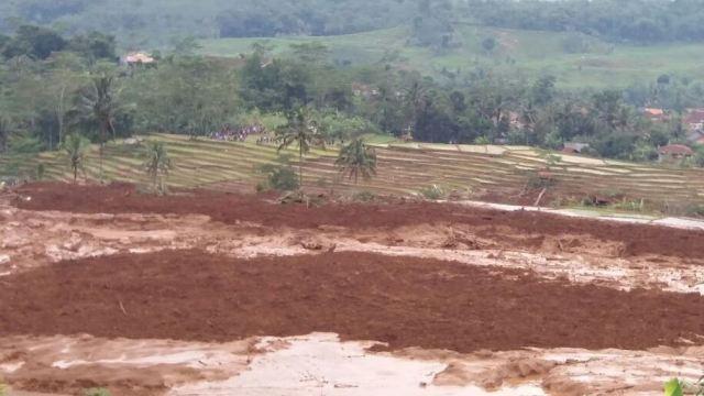 Cinco muertos y 15 desaparecidos en avalancha en isla indonesia de Java