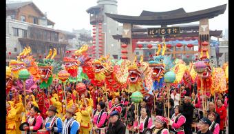 China reciben el Año del Perro con una fiesta de color