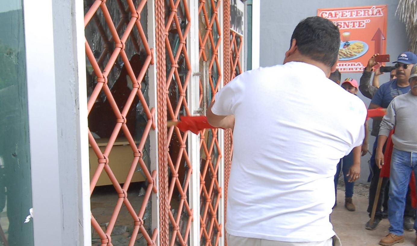 Maestros de la CETEG vandalizan edificio del SNTE en Chilpancingo