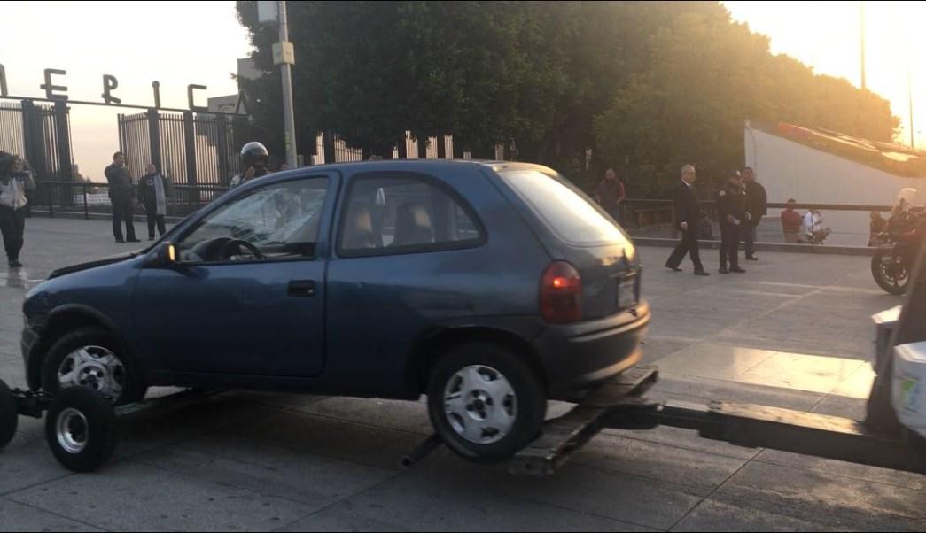 Conductor choca contra las rejas de la Basílica de Guadalupe