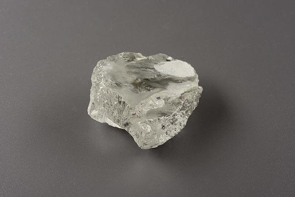 Encuentran dos diamantes gigantes de casi cien quilates en Siberia