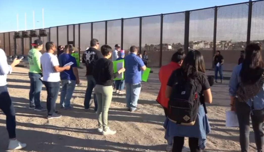 Dreamers protestan en el muro fronterizo de Chihuahua