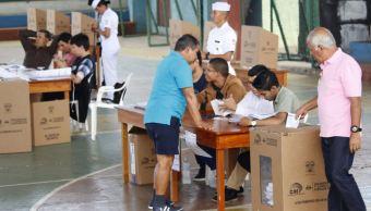 cierran consulta refrendo ecuador urnas politica