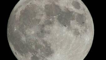 Captan paso de la Estación Espacial Internacional delante de la 'superluna'
