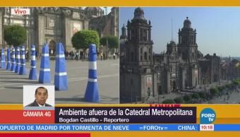 Feligreses mantienen la calma afuera de la Catedral Metropolitana
