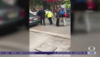 Guaruras agreden a agente de tránsito para impedir colocación de 'araña' en CDMX