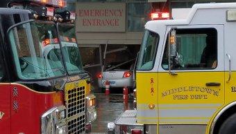 Hombre embiste hospital automóvil cargado latas gasolina