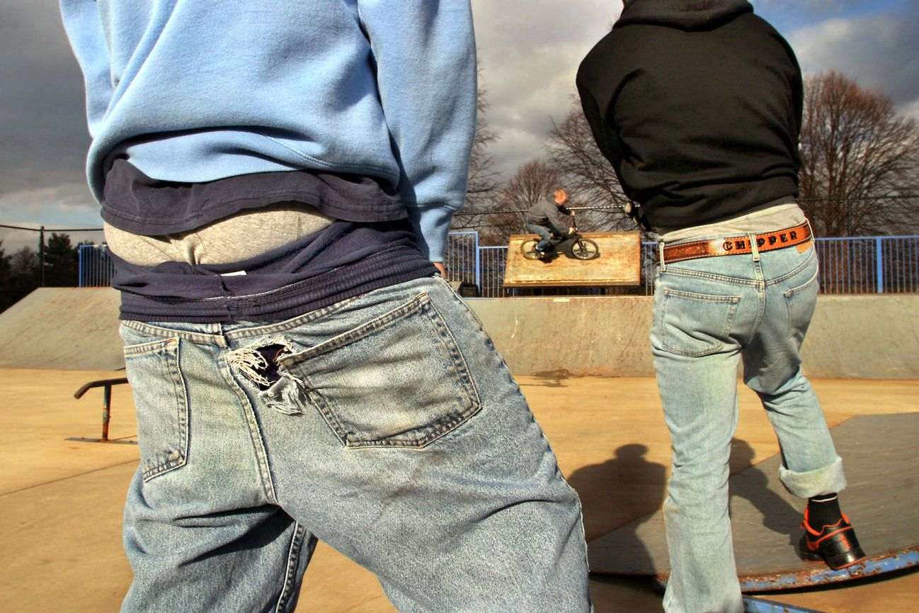 imagen-de-dos-jovenes-estadounidenses-usando-pantalones-a-media-nalga-carolina-del-sur