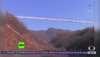Inauguran puente colgante de cristal en China