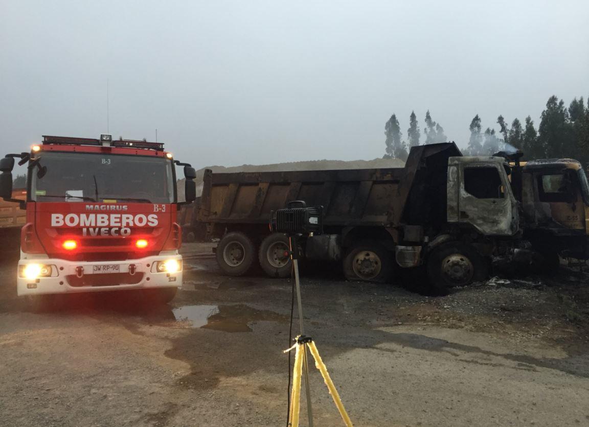 Varios camiones destruidos tras ataques incendiarios en el Biobío y La Araucanía