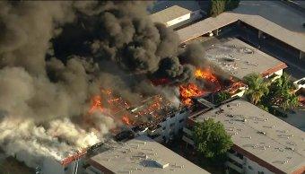 Incendio consume edificio apartamentos Los Ángeles
