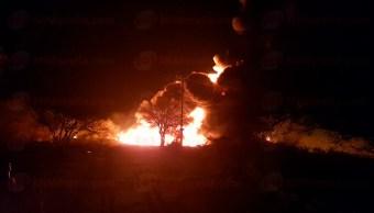 Toma clandestina provoca explosión e incendio en ducto de Pemex en Michoacán