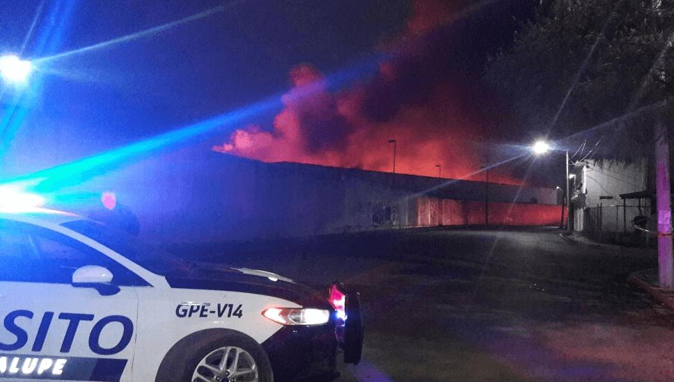 Incendio consume fábrica de plástico en la carretera Reynosa-Santa Cruz